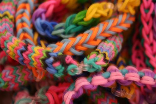 צמידים מגומיות צבעוניות