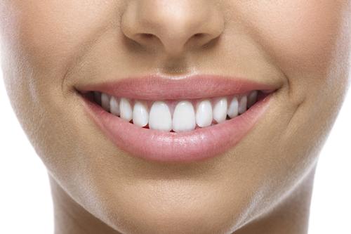 מראה שיניים מושלם, שיניים לבנות וישרות. עוד סיבה לחייך.